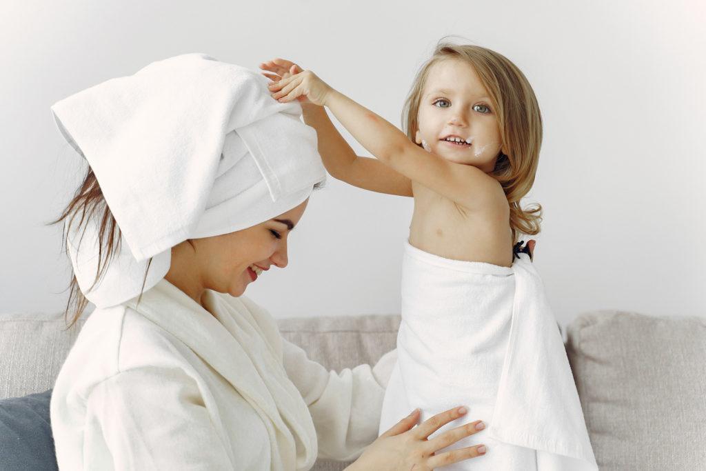 お風呂上がりのママと娘