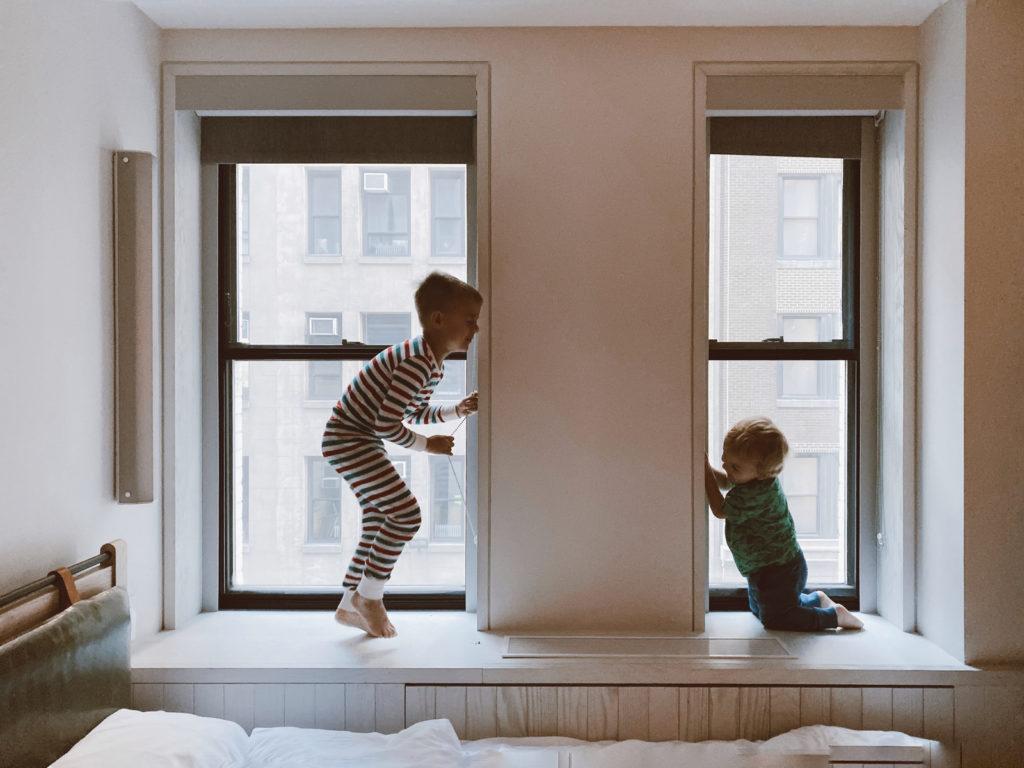 窓辺で遊ぶ姉弟